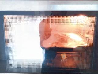 纸包烤鱼,烤箱200度预热十分钟,然后上下火200度烤20分钟即可!