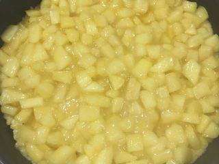 香甜的苹果派,在派皮里填入苹果馅,将切好的长条在表面交叉编成网格。表面刷上蛋液。