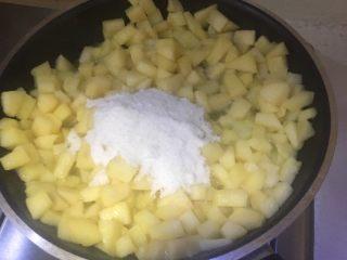 香甜的苹果派,加入苹果丁翻炒,再倒白砂糖、盐翻炒