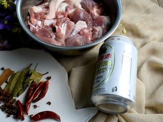 啤酒鸭,将鸭腿切块洗净。准备好香料和一听啤酒。