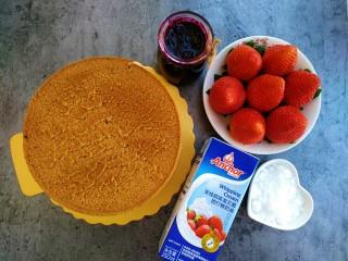 草莓裸蛋糕,准备好食材,戚风蛋糕是我提前烤出来的