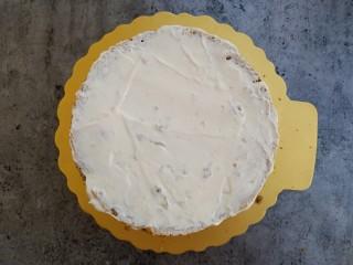 草莓裸蛋糕,在一半戚风蛋糕上均匀的抹上奶油