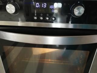 橙香红茶芋头磅蛋糕,放入烤箱,180度中层35分钟左右