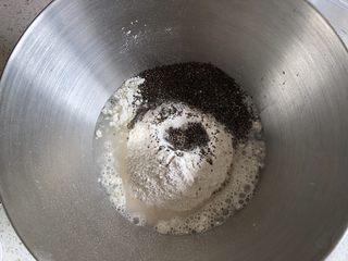 奇亚籽无糖小面包,厨师机盆内加入清水,倒入高筋面粉和全麦粉,盐放在一角,活性干酵母加入到中间,倒入奇亚籽,开启揉面