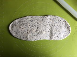 奇亚籽无糖小面包,取出面团用擀面杖擀开排气