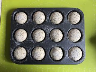 奇亚籽无糖小面包,发酵好的面团基本满模,筛上一层薄薄的高筋面粉