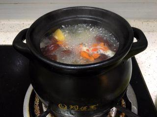 浓郁蜜梨红枣养颜汤,继续熬煮,加入苟记小火炖十分钟