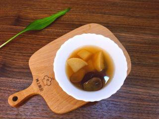 浓郁蜜梨红枣养颜汤,将熬好的梨用碗装起来,浓郁蜜梨汤香甜可口。