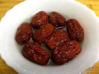 浓郁蜜梨红枣养颜汤,将红枣洗净后用清水泡一会