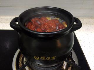 浓郁蜜梨红枣养颜汤,煮开后将切好的红枣放入煲中熬半小时