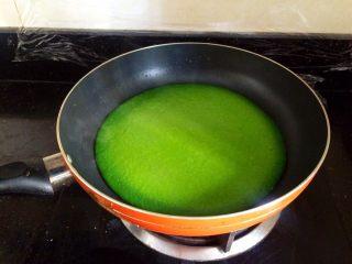 冬天的一抹绿~菠菜蛋饼,面糊倒入锅,小火煎熟