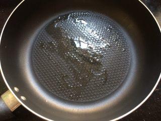 冬天的一抹绿~菠菜蛋饼,平底锅刷上油