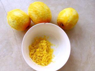 柠檬挞,新鲜柠檬洗干净,擦干水份,用擦板擦出12克黄色的柠檬皮碎,注意别把白色部分带下来,白色部分有苦味