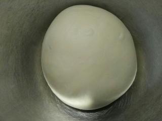 肉松面包,整理好放入烤盘盖上保鲜袋(温度在28左右的环境发酵)