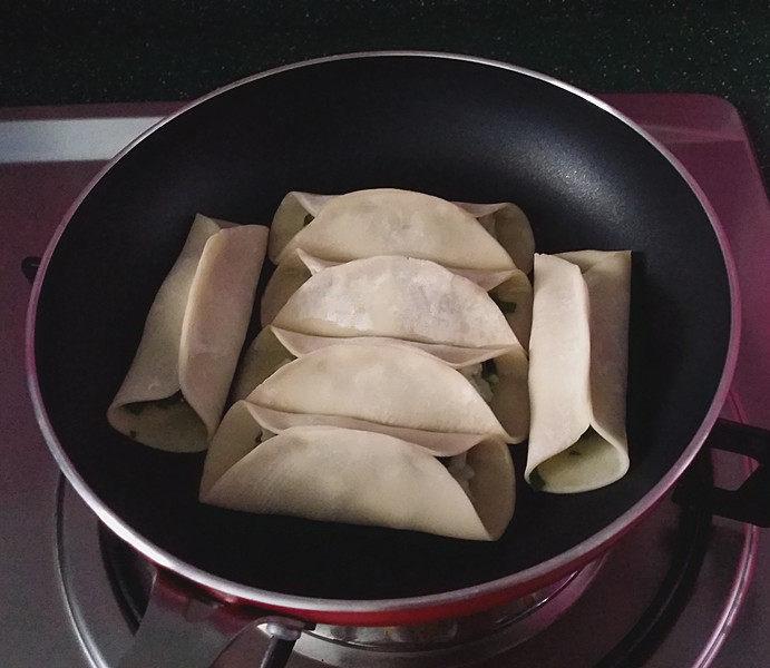 磷虾肉韭菜锅贴,平底锅烧热倒入菜籽油、均匀摆上包好的生磷虾锅贴