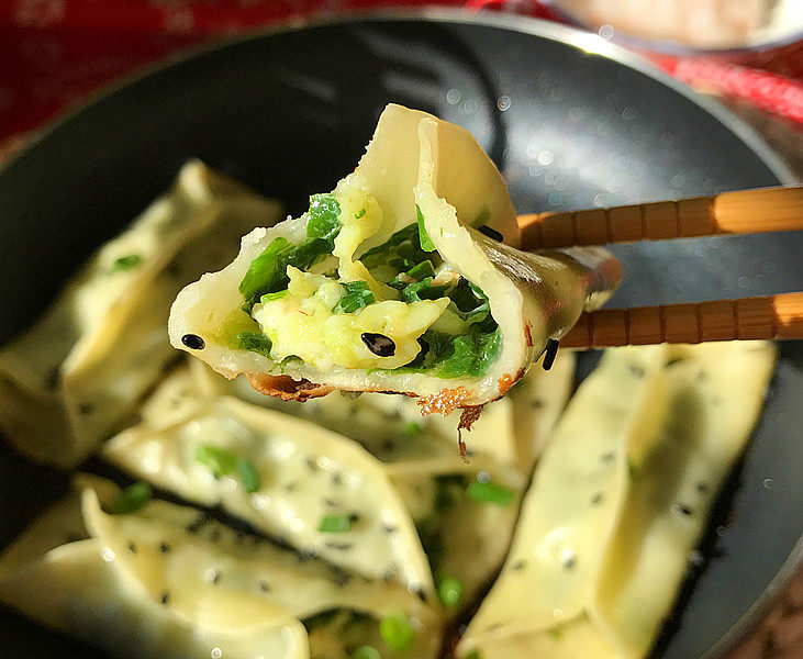 磷虾肉韭菜锅贴,轻轻咬上一口:鲜香味美滑嫩多汁磷虾韭菜锅贴,真的好吃极了