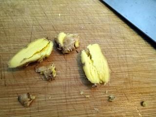 小胖私房红烧肉,简箪小黄姜对半切开,拍拍。