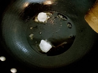 小胖私房红烧肉,锅里加适量油,油热后中小火把冰糖化开。