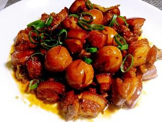 小胖私房红烧肉,肉煨的酥烂,蛋吸收了肉的精华。