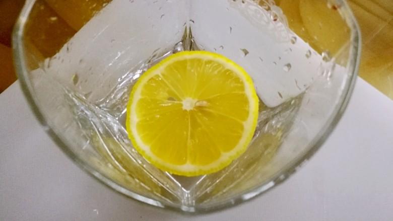 柠檬生姜蜜红茶 预防冬季感冒,取一至两片放入杯中。