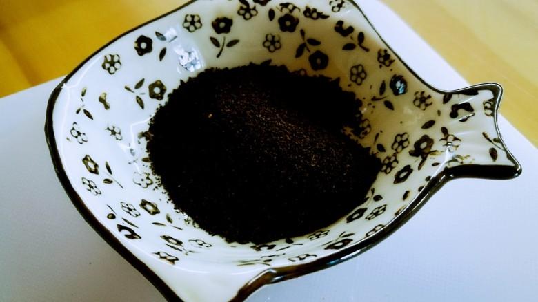 柠檬生姜蜜红茶 预防冬季感冒,准备好红茶。我用的是盆友从斯里兰卡给我带来的红茶末,没有茶末也可以用红茶五克。红茶中富含茶红素、儿茶素,与绿茶一样具有抗氧化的功效,多喝提升免疫力还能消食去脂。