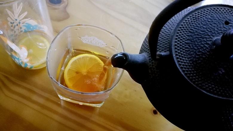 柠檬生姜蜜红茶 预防冬季感冒,待茶汤冷却至70度以下,冲入柠檬中,浓郁的红茶香气和柠檬的清新气息立刻扑鼻而来。