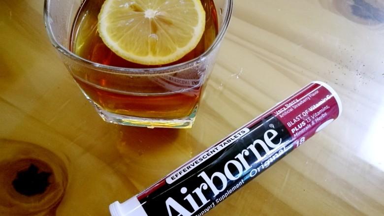 柠檬生姜蜜红茶 预防冬季感冒,偷懒的盆友也可以直接用维生素C泡腾片冲泡一杯维生素C水。