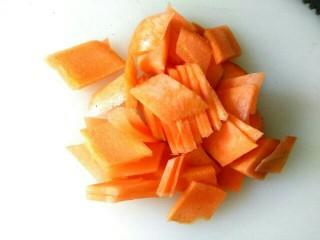 溜带鱼段,胡萝卜切菱形片