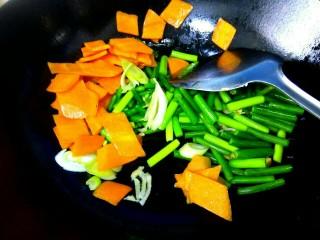 溜带鱼段,锅中炸鱼的油倒出,剩适量底油,爆香葱姜,放入胡萝卜蒜苔翻炒一下