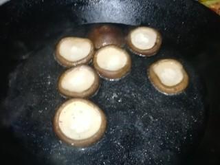 香菇蒸鹌鹑蛋,香菇在淡盐水里焯烫一下
