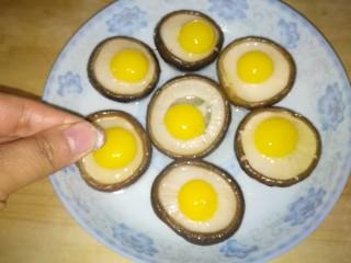香菇蒸鹌鹑蛋,撒适量盐