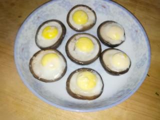 香菇蒸鹌鹑蛋,蒸熟后拿出来备用