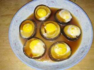 香菇蒸鹌鹑蛋,把酱汁淋在上面