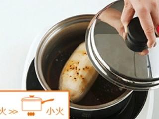 糯米糖藕,3升钢锅加入1/3清水,放入红糖、蜂蜜和莲藕盖上锅盖用中火加热至出现蒸气后转小火炖约40分钟关火,让莲藕浸在汤中自然冷却。