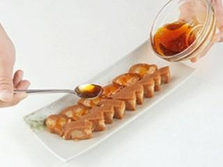 糯米糖藕,食用时将莲藕取出切片装盘,再取少量糖水,加热收稠糖浆,淋在藕片上即可。