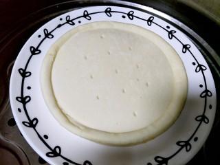 微波炉披萨,披萨饼皮我用的现成的,用微波炉加热会有点干,我用蒸锅大火蒸五分钟