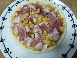 微波炉披萨,撒上玉米粒,也可以加其他食材,虾仁,青椒,洋葱都可以。先放微波炉高火一分半拿出来