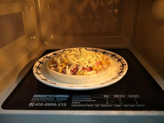 微波炉披萨,再次放入微波炉,高火一分钟