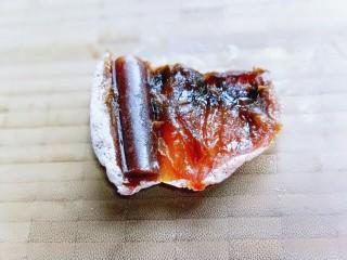 #柿子饼的特殊吃法#柿子饼包核桃-三种口味,将去皮的果丹皮,放入柿饼中。