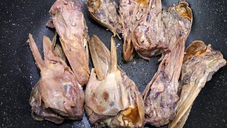 食光社劲爆香辣鸭头,热锅下入鸭头中火慢慢煸炒
