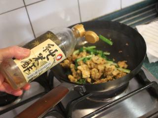 香炒炸牡蛎,加入米醋。