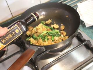 香炒炸牡蛎,起锅前加入少许香麻油增加香气。