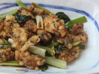 香炒炸牡蛎,盛盘,趁热上菜!外皮酥脆的炸牡蛎,带着米醋的微酸香气,不仅减了油腻,也让牡蛎的鲜美表现的更好。青菜和青葱也是好吃。
