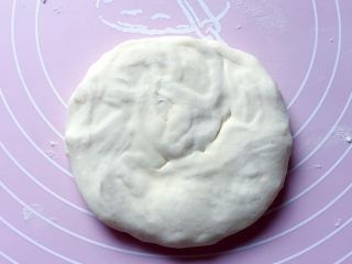 萝卜丝饼,用手掌轻轻压扁,再稍稍擀薄。