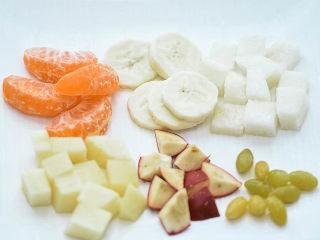 圆子白果羹,除了白果,再准备一些 桔子 香蕉 梨 苹果 山楂 。梨和山楂最好要有,其他的水果可以根据自己需要搭配。