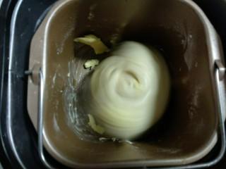 芝士汉堡,和面15分钟后,加入软化的黄油继续揉15分钟,达面到出膜状态。