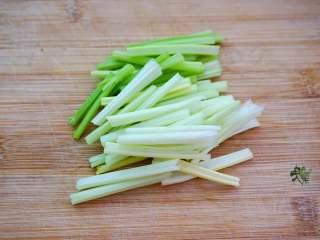 香味干锅笋,芹菜洗净切成段。