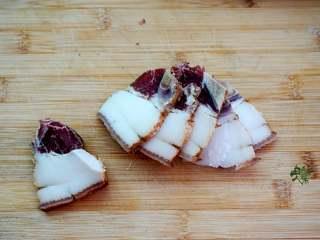 香味干锅笋,腊肉用开水洗一下,切成片。
