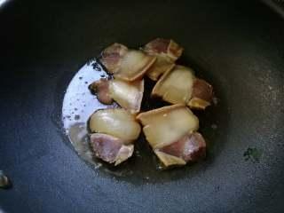 香味干锅笋,锅加热,放入油。加肉片煸出油,捞出。