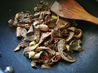 香味干锅笋,倒入笋干翻炒均匀。